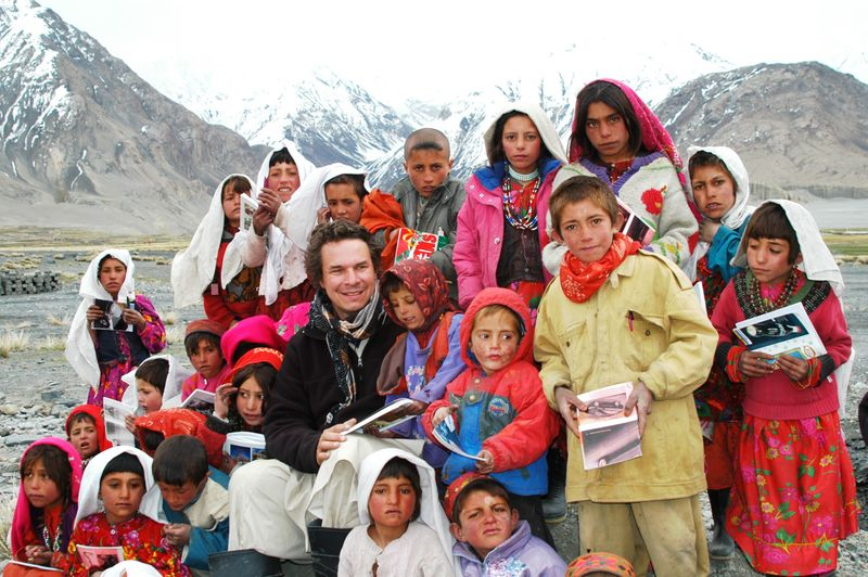 Greg Mortenson with Afghan students - Sarhad Wakhan corridor Afghanistan Photo Teru Kuwayama
